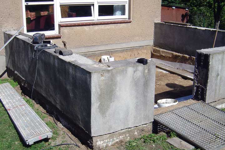 Terrassenerneuerung in Chemnitz, Abbruch des alten Terrassenbelages, Ausschachtung und Frostschutz hergestellt. Entwässerung und Verblechung.
