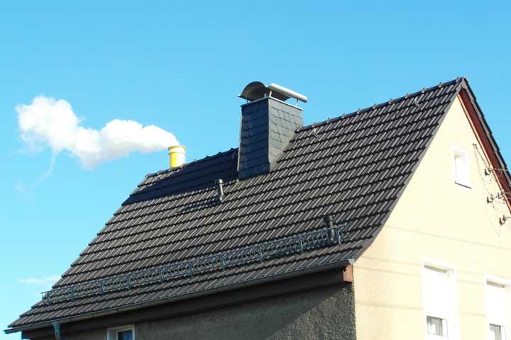 Dacheindeckung mit Tondachziegel (Rupp Falzziegel) in Chemnitz einschließlich der Entwässerung und Verblechung