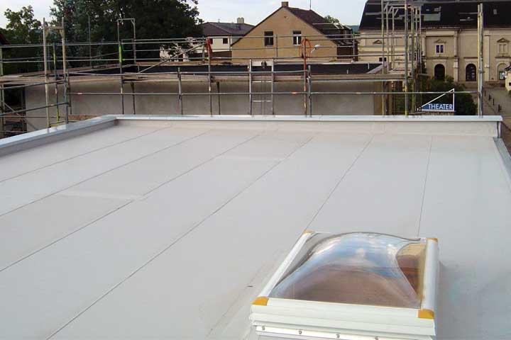 Flachdachabdichtung in Dresden mit Polyfin Kunststoff Dach- und Dichtungsbahn (FPO), Befestigung mechanisch einschließlich der Entwässerung und Verblechung