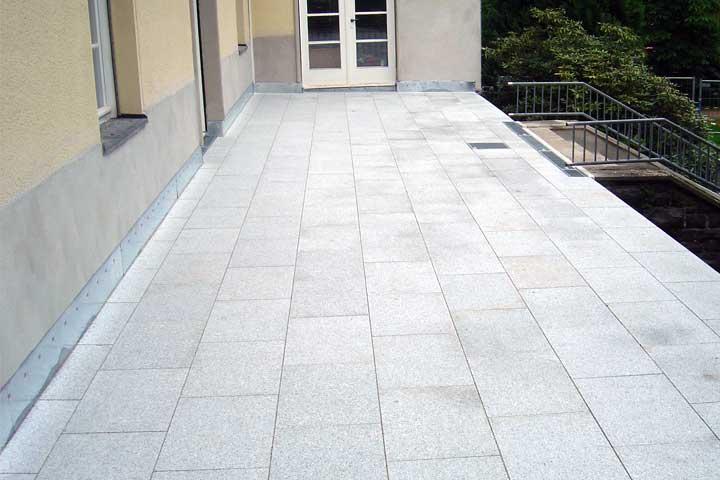 Terrassenabdichtung in Hohenstein-Ernstthal einschließlich Dampfsperre, Gefälledammung, Gutjahr Drainage und Roste sowie Entwässerung und Verblechung, Granit lose verlegt im Kiesbett