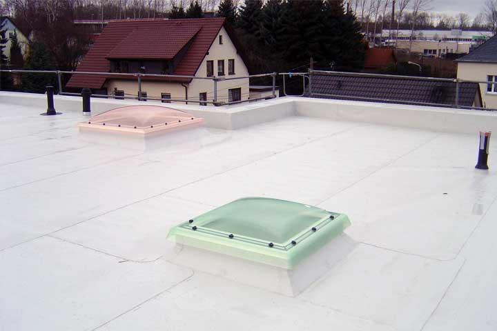 Flachdachabdichtung in Chemnitz mit Polyfin Kunststoff Dach- und Dichtungsbahn (FPO), Befestigung mechanisch einschließlich der Entwässerung und Verblechung
