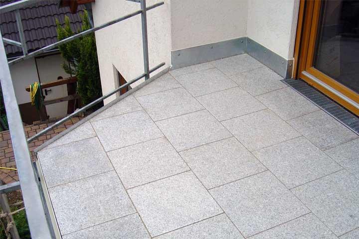 Terrassenabdichtung in Chemnitz einschließlich Dampfsperre, Gefälledammung, Gutjahr Drainage und Roste sowie Entwässerung und Verblechung