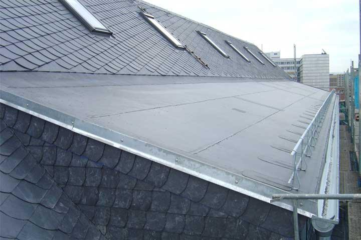 Dacheindeckung mit Naturschiefer in Chemnitz einschließlich einbauen von Velux Dachfenstern sowei Entwässerung und Verblechung
