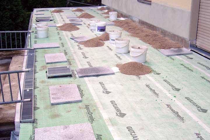 Terrassenabdichtung in Hohenstein-Ernstthal einschließlich Dampfsperre, Gefälledammung, Gutjahr Drainage und Roste sowie Entwässerung und Verblechung